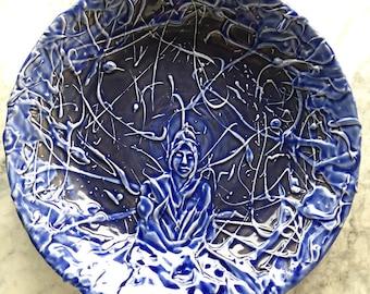 Plaque émaillée de bleu la méditation Bouddha texturé glacis peinture assiette, plateau céramique yoga art mural