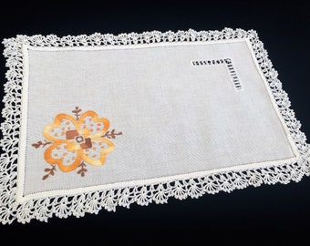 Linen Doily. Vintage Embroidered Oblong Off White Linen Doily or Placemat. Floral Embroidery and Crochet Lace Edging RBT3519