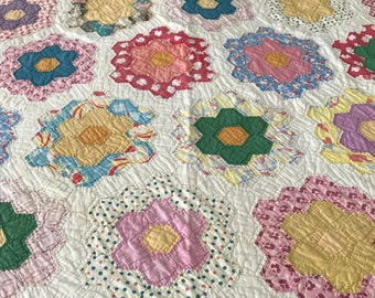 Vintage Dresden Plate Hand Quilted, Lite Weight Batting, Some Feed Sack Material, Scalloped Edge