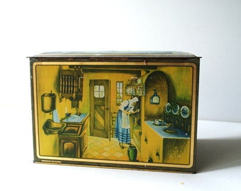 Historical vintage 20s, large, heavy,hinged tin box with  the  images of the kitchen world wide.Made by Canco.