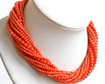 Volume necklace with a salmon coral