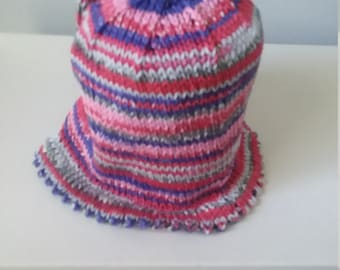 Baby's summer hat with scalloped edge