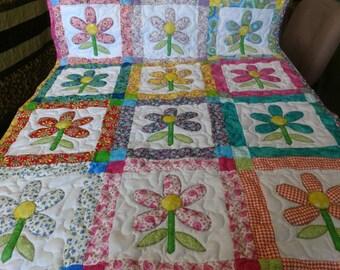 Handmade Appliqued Pieced  Garden of Daisies Baby Crib Lap Throw Quilt  Blanket Made in Arkansas Ozarks