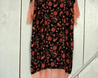Knee length viscose dress with lace hemlines
