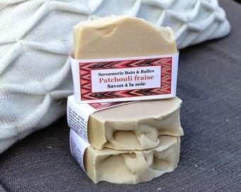 Savon à la soie Patchouli  et fraise, argile blanche, sel rouge, patchouli strawberry, handamade soap, coldprocess soap
