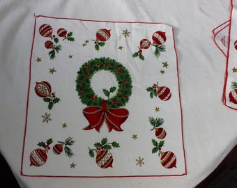 Napkins Set of 4 Christmas Wreaths Shiny Brite Ornaments VINTAGE by Plantdreaming