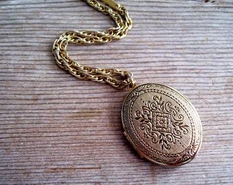 Trifari Locket, Art Nouveau Locket, Vintage Gold Oval Locket, Vintage Art Deco Style Floral Locket, Vintage Mourning Locket Pendant Necklace