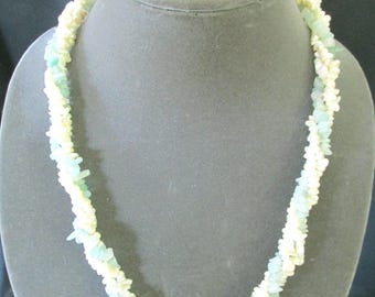Jade chip and mother of pearl necklace, ConMisManosVintage