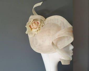 Hochzeit Rennen Ascot Derby Untertasse Hut Fascinator auf Elfenbein & Pfirsich Seidenblume disc