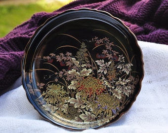 Beautiful Japanese decorative dish with floral motifs and 1 dragonfly, in black.