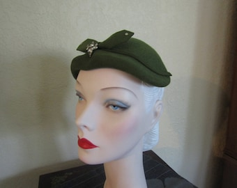 VINTAGE 1950's Olive Green Felted Wool Day Church Toque Close Skull Hat with Rhinestones