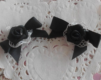 Satin bows black with a satin rose on a ruffle in white lace 4,50 cm wide (x 2 bows)