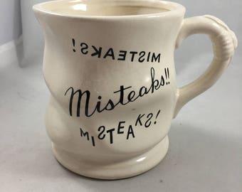 Vintage froissé à la recherche des erreurs fautes d'orthographe fôtes et l'écriture en arrière noir et blanc Mug Japon - drôle!
