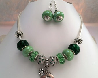 Ornament charm's, green, with various beads and charm 'JOY' ref 723