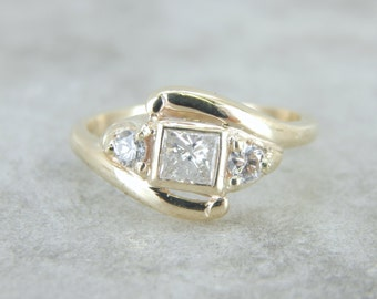 Vintage Diamond Ring in Brightly Polished Gold UYUMNT-D