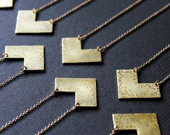 Geometrische lange Halsketten für Frauen Messing Dreieck Halskette Chevron minimalistischen Goldschmuck V Pfeil Kettenanhänger gehämmert - Lori Necklace