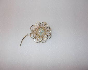 Vintage Sarah coventry gold flower pin / brooch large