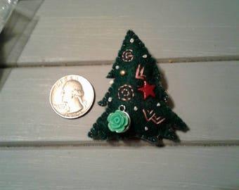 GLOW Xmas tree felt pin