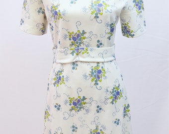 1970s floral A line shift style dress with a flattering  fitted belt