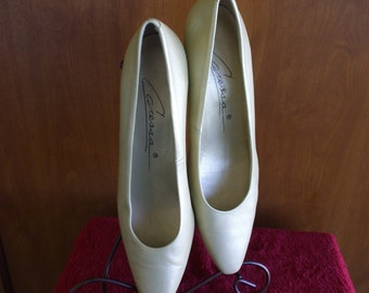 Caressa Gold High Heel Pumps - Vintage - One Inch Heel - Party - Office - Gifts