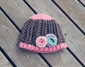 Crochet ribbed hat with flowers