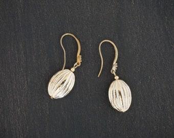 Vintage armond shape gold metal earrings