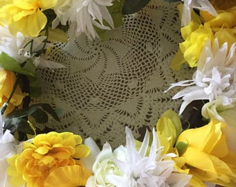 Center piece yellow and white  534  8 inch opening  13 inch ring