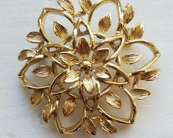 Vintage Sarah Coventry Peta-Lure gold star brooch with brushed gold petals, Sarah Coventry, brushed gold brooch, Peta-Lure gold Star brooch