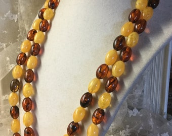 So einfach Honig Root Beer Lucite Einzelstrang Perlenkette unsigniert 1950 1960 aufgeblasen Oval Perlen sehr lange Flapper Länge Tag tragen