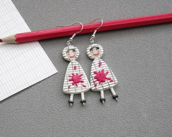 Cadeau maîtresse, boucles d'oreilles pour maîtresses, 2 poupées en robe blanche quadrillée, tache de peinture rose, pâte polymère fimo