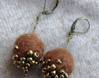 Earrings drooping bronze Brown felt and beads made brodee hand