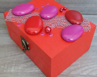 Box wood red and Fuchsia with pebbles