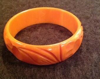 Vintage carved Carmel colored Bakelite bangle bracelet