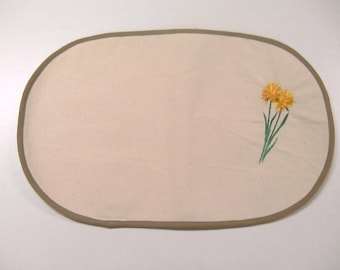 placemat in ecru and yellow flower embroidery