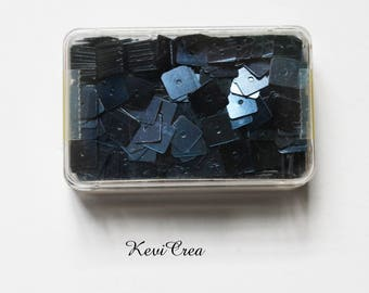 1 x black square sequins - 8 g sewing box