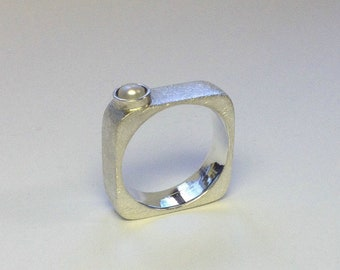 Eckigrunder Ring with Freshwater pearl