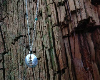 Coniferous long necklace with emeralds