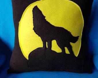 Howling wolf cushion