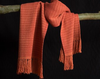 Shawl, handgeweven van pure zijde. Rood en oranje. Zacht en soepel.