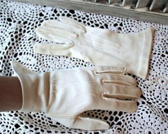 Vintage. gloves. White. cute gloves. 1950s!