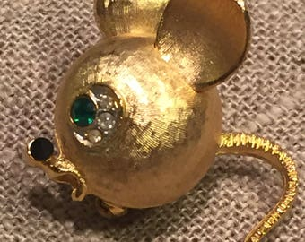 Vintage Mandle mouse brooch - fabulous dimensional gold tone mouse brooch with emerald rhinestone eye and black rhinestone nose!
