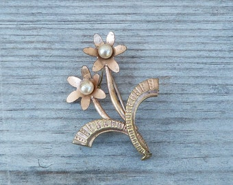 Vintage 1930s/1950s flower bouquet brooch adorned with faux pearls