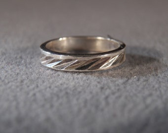 vintage sterling silver band style ring with diamond cut accents, size 8                            M
