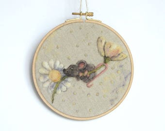 Mouse Daisy Wool Painting, Needle felted Painting, Nursery Embroidery hoop, Whimsical Mouse Hanging Art