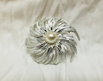 Pearl with feather detail pin