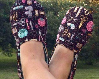 The PERFECT Slipper Pattern by: SEWcial Mama Designs * Slippers * Beginner Easy * Full Color Pictures * Bonus VIDEO Sew-A-Long * PRINTED