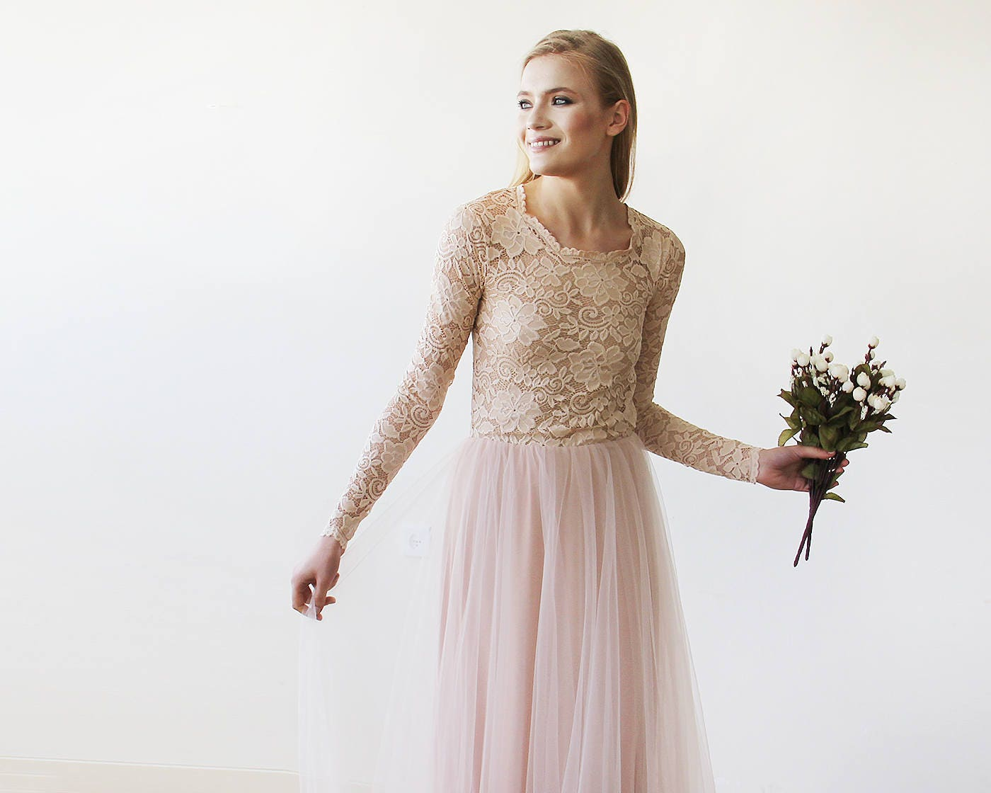 Rosa Blush Brautkleid runden Ausschnitt lange Ärmel schiere