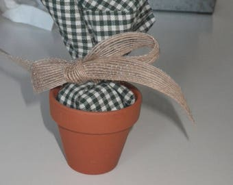Favor box with bag placed in an earthenware jar