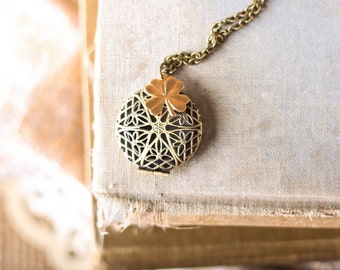 Antique Brass Filigree Locket Difuser Diffuser Necklace With Clover Charm