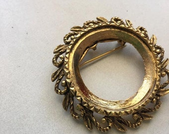 Vintage Gold Brooch leaf design  Gold Circle Pin - jewelry pendant